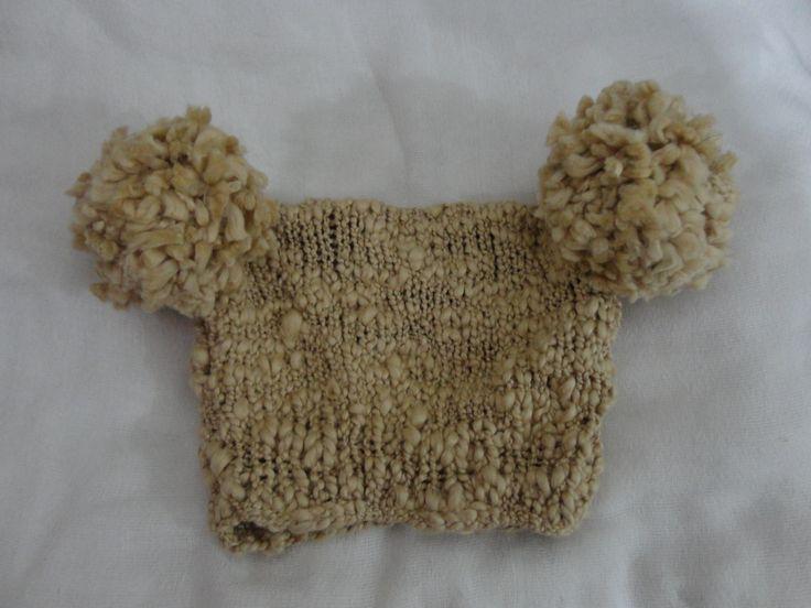 Gorro com Pompom Lateral. De lã.