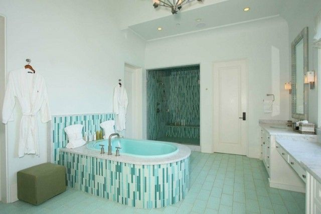 couleur-salle-bain-blanche-carrelage-mosaïque-turquoise