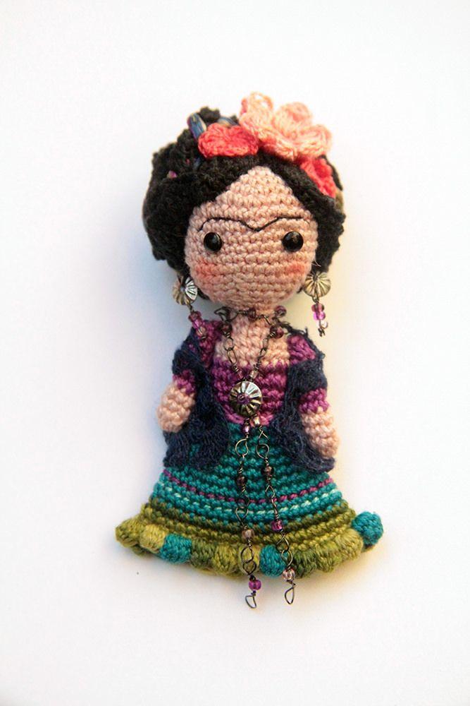 Mucho más en https://www.facebook.com/MisMatraquillas/ | Broche feminista amigurumi Frida Kahlo