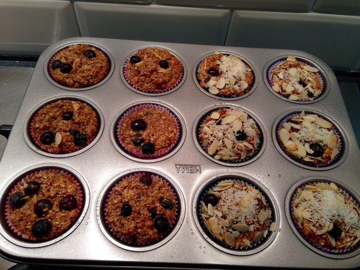 Havermout muffins met blauwe bessen. De andere helft met kokos en amandelsnippers.   Havermout  Banaan  Ei Kaneel Amandelmelk Zout Bakpoeder