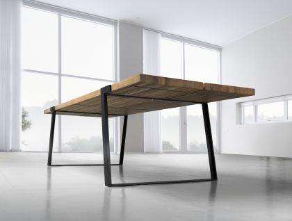Esstisch mit metallbeinen und massivholzplatte aus for Eichenholz esstisch