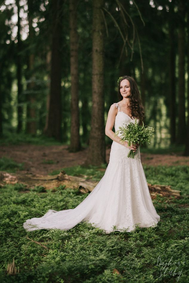 wedding photo session in the forest / forest bouquet / green / leśna sesja ślubna / fot. Bajkowe Śluby