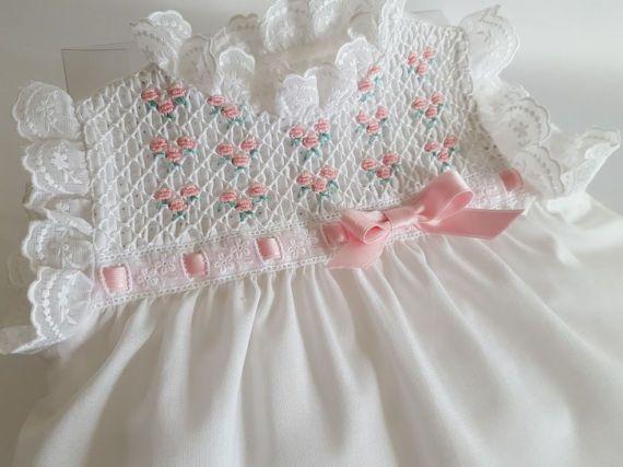 Nina-vestido bebe-talla 0-3 meses-primera puesta-punto of smock-Batiste cotton dress blanca-bordado hand in pink-cubrepanal to juegoBB13