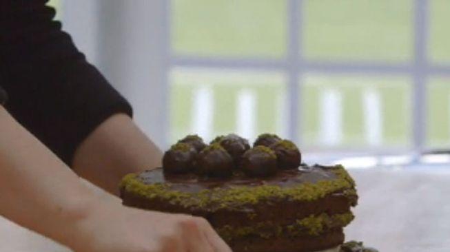 Donkere pistache amandel chocolade taart met een hint van sinaasappel en kokos
