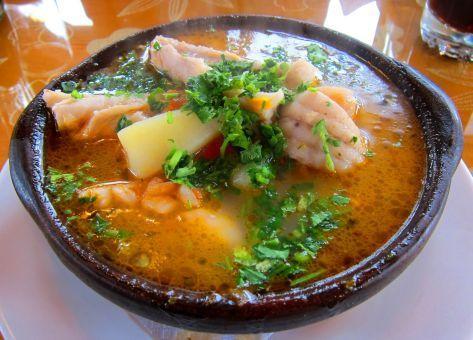 Una  deliciosa y tradicional Receta de Caldillo de Congrio Chileno y su Modo de Preparación paso a paso.  INGREDIENTES