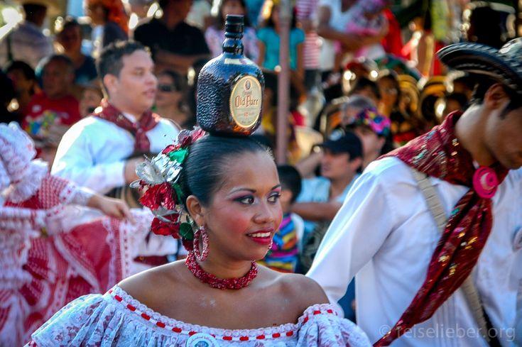 Cumbia Tänzerin mit Reserven auf der Batalla de Flores in Barranquilla  #Kolumbien #Karneval #Barranquilla #reiselieber