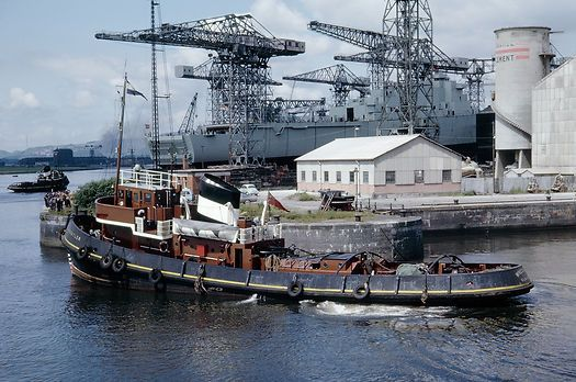 The Clyde Port Authority tug 'Wrestler' moving into position for the launch of HMS Fife (in the background).