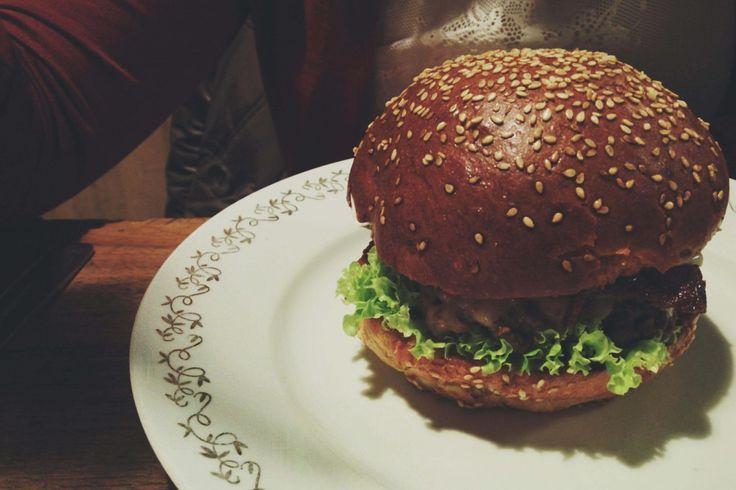 foodiesfeed.com_beef-burger-restaurant_low