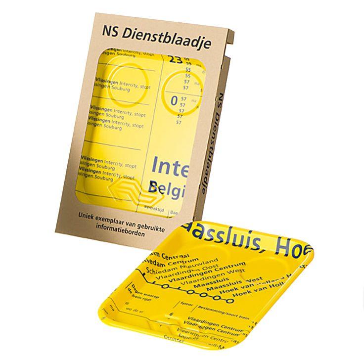 NS Dienstblaadje, een uniek dienblad gemaakt van gebruikte informatieborden.