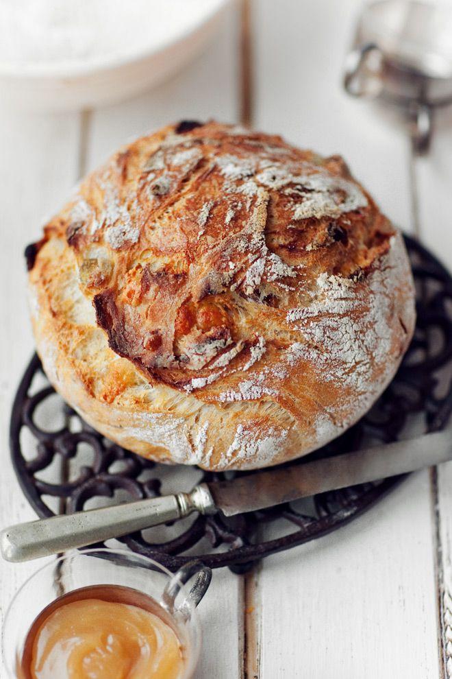Chleb z grubą i chrupiącą skórką  pieczony w żaroodpornym naczyniu/garnku