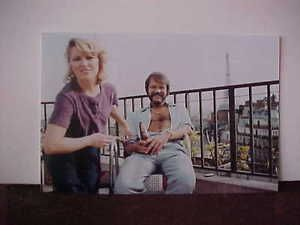 Great-Color-Candid-Photograph-Glen-Campbell-w-Beer-and-Tanya-Tucker-4