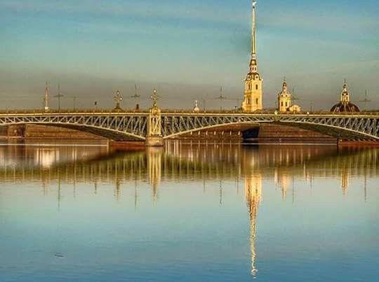 El río Neva y el puente de Santa Trinidad. Foto de Freund Hein.