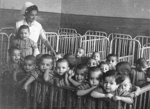 Βρέφη στο Βρεφοκομείο Θεσσαλονίκης (το μοναδικό Δημοτικό Βρεφοκομείο στην Ελλάδα) τη δεκαετία του 1950 Αρχείο Μ. Λιανά