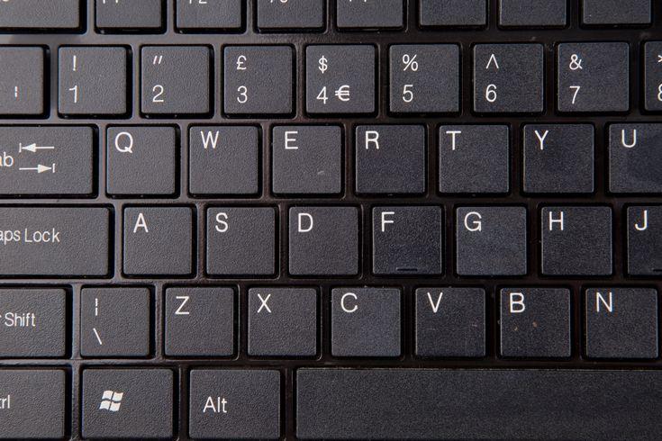 """C'è un trattino sulle lettere """"F"""" e """"J"""" sulle tastiere dei computer. Probabilmente adesso state guardando la vostra tastiera per vederli 🙂 Questi due barrette orizzontali in rilievo sulla """"F"""" e la """"J"""" non servono solo per i non vedenti e non ..."""