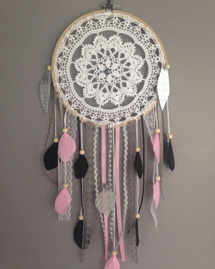 Un sublime attrapes-rêves réalisé entièrement à la main à partir de pièces de dentelles au crochet.  Finement travaillé et agrémenté de divers plumes, rubans, accessoir - 16940143