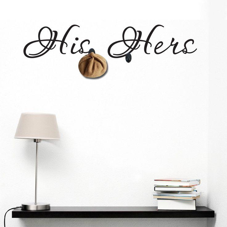 Vinile decorativo adesivo fabbricato in PVC.     Include 3 appendiabiti adesivi in plastica.     I ganci sono a collocazione libera.     Vinile facile da incollare, scollare e ricollocare.     Decorazione murale originale.     Una volta usato, NON si può restituire.  Il Vinile Decorativo HIS HERSè una forma semplice e divertente di rivitalizzare qualsiasi angolo della tua casa. Basta incollare la superficie adesiva su una parete liscia del soggiorno, della sala da pranzo, del corridoio,...