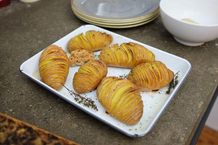 Le Patate Hasselback sono lasciate intere ma incise a fettine sottili in modo di avere una via di mezzo tra un patata al forno e delle chips croccanti.