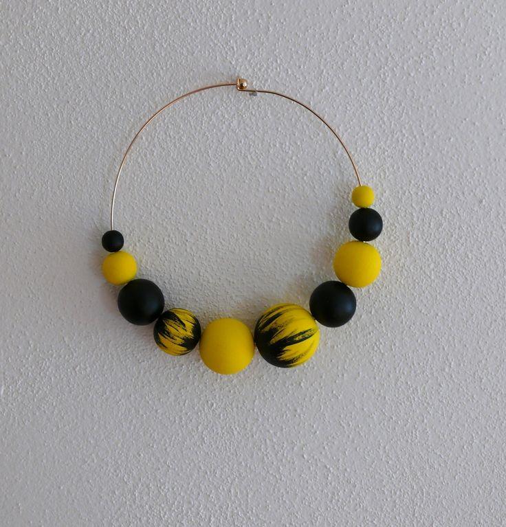 Náhrdelník+žlutý+a+černý+Náhrdelník+mám+průměr+14+cm.+Korálky+jsou+dřevěné,+největší+má+průměr+3+cm.
