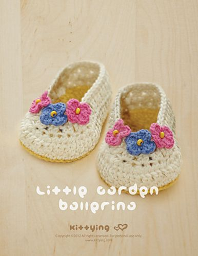 Cute ballerina booties for baby. ♥ the 3 flowers with bead centers!
