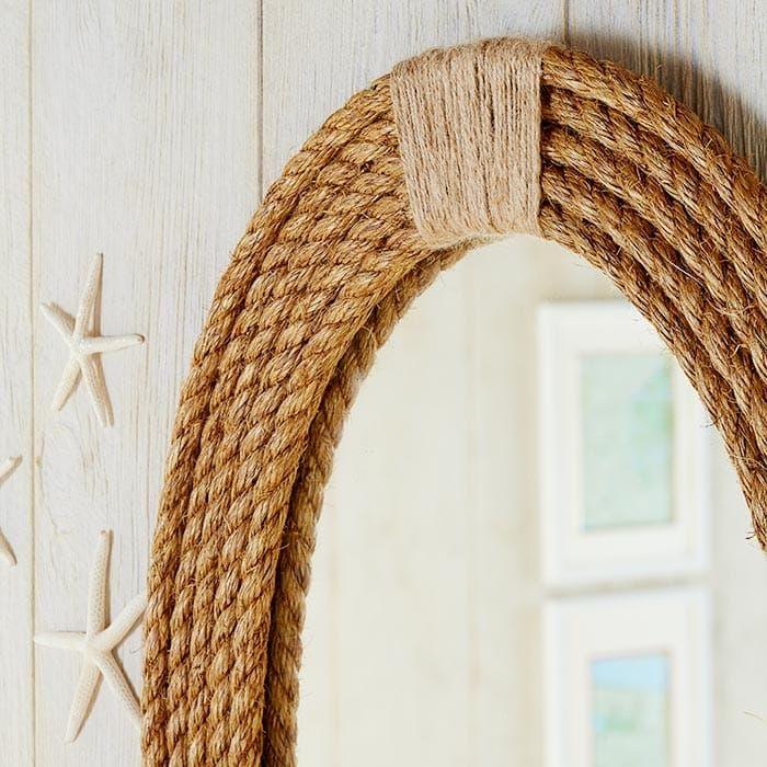 Come creare una cornice fai da te per lo specchio utilizzando la corda. Un'idea creativa per decorare la casa caratterizzandola con uno stile più rustico.