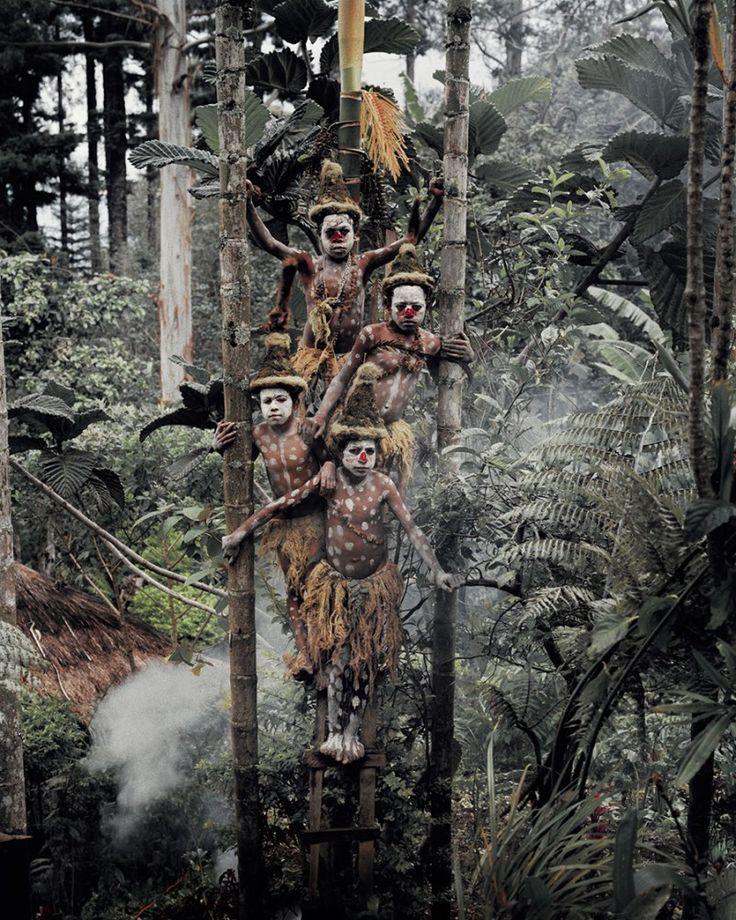 Forêt et tribu Goroka en Papouasie De multiples groupes indigènes Goroka s'étendent sur toute la superficie des montagnes de Papouasie-Nouvelle-Guinée. Entre 2010 et 2013, le photographe Jimmy Nelson a parcouru le monde pour immortaliser en images les nombreuses tribus indigènes menacées de disparition. Il nous livre à son retour une série de portraits en Papouasie-Nouvelle-Guinée portés sur la culture et le mode de vie de ces peuples.