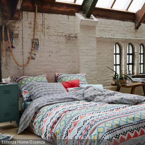 Decken kaufen, die bis zum Boden reichen für mehr Gemütlichkeit (Bild), Bettwäsche in die Schlafzimmergestaltung integrieren, Wandstoffe als Bettrückwand verwenden – wir zeigen Euch einfache Möglichkeiten, Euer Schlafzimmer aufzuhübschen: http://www.roomido.com/wohntrends-einrichtungstipps/einrichten-nach-raeumen/12-ideen-um-dein-schlafzimmer-zu-gestalten.html