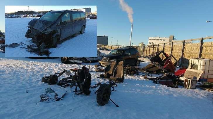 Sastamalan tahallisessa kolarissa törmäyksen aiheuttanut Mercedeksen tila-auto vauroitui keulasta, kun mopoauto tuhoutui kokonaan.