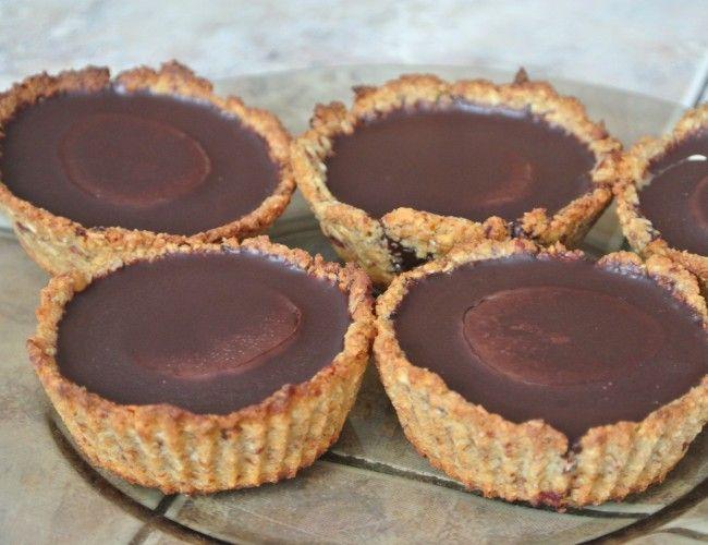 Lahodné čokoládové košíčky s arašídovým máslem, krok 3: Čokoládu si rozpustíme s kokosovým olejem, dosladíme agáve sirupem (nebo nemusíme). Do košíčku dáme vždy malou lžičku arašídového másla, kolečko banánu a nakonec celé zalijeme rozpuštěnou čokoládou.