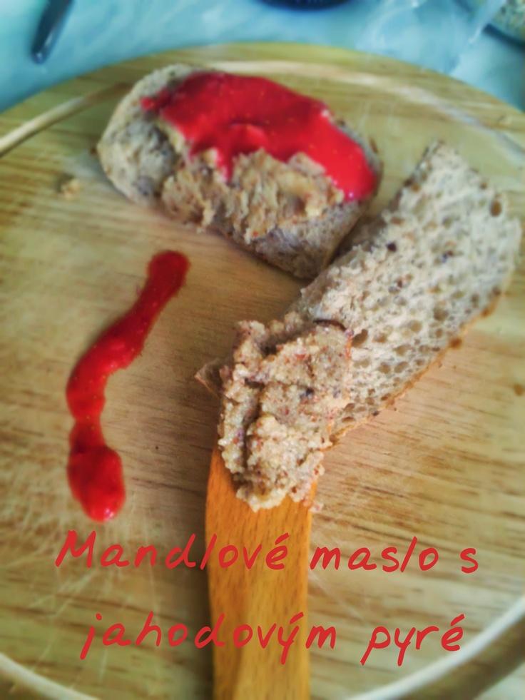 home almond butter with strawberry puree - domáce mandľové maslo s jahodovým pyré