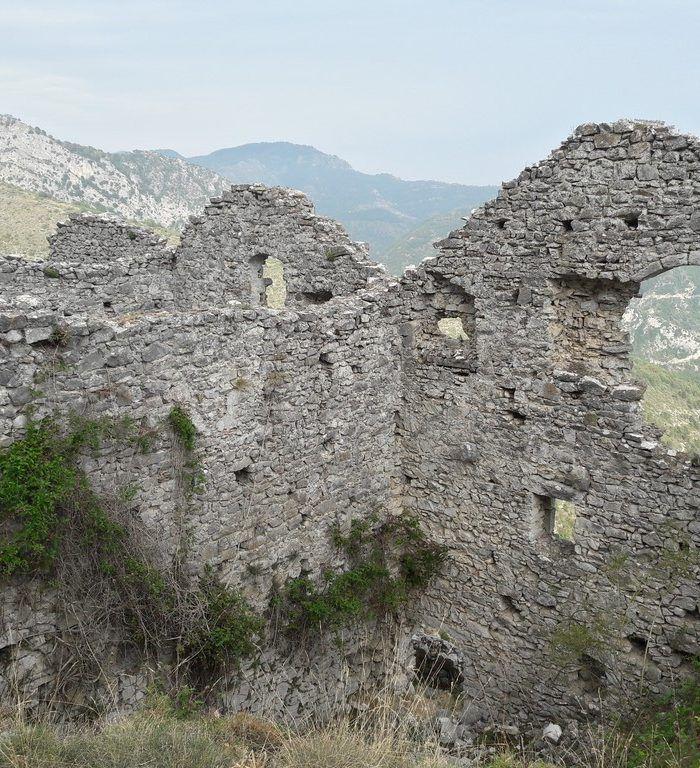 Rocca Sparvièra, c'est un hameau fantôme près de Coaraze à une vingtaine minutes de Nice. Une belle randonnée mène à cet endroit mystérieux que Sortir Côte d'Azur a expérimenté pour vous… et bonne nouvelle, les fantômes de Rocca Sparvièra n'ont pas pris possession de nous! Enfin, cela reste à vérifier… Rocca Sparvièra, perché à 1 …