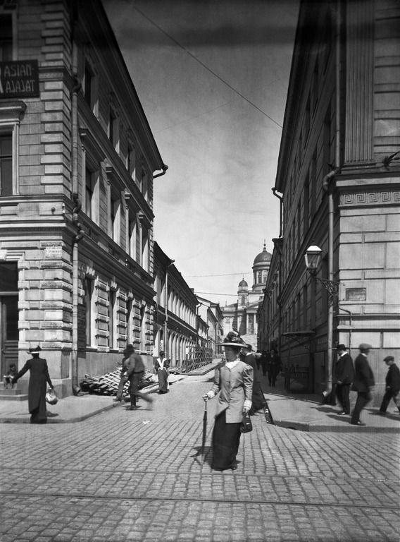 Jalankulkijoita Sofiankadulla. Helsingin kaupunginmuseo A. E. Rosenbröijer 1900.