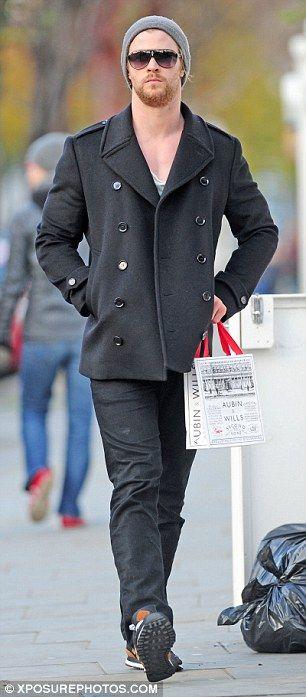 Chris Hemsworth wird mit seiner Familie wiedervereinigt, als er eine Pause einlegt, um Thor 2 zu filmen und die Londoner Läden zu besuchen