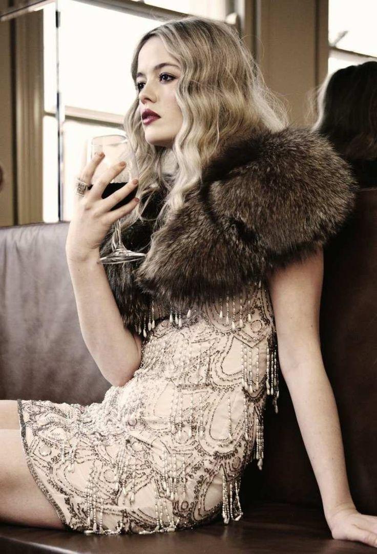 Gatsby Kleid mit Stickereien und Bolero aus Fell