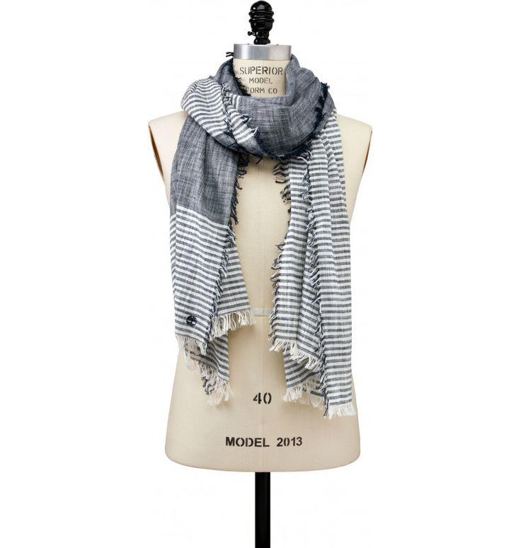 Réf : A1E2I  Redéfinissez votre style grâce à l'Écharpe Timberland Color Block And Stripe Scarf ! Composée de coton à 100%, cette écharpe se définit par un design classique et simple, marqué par ses rayures et sa couleur Dark Sapphire.