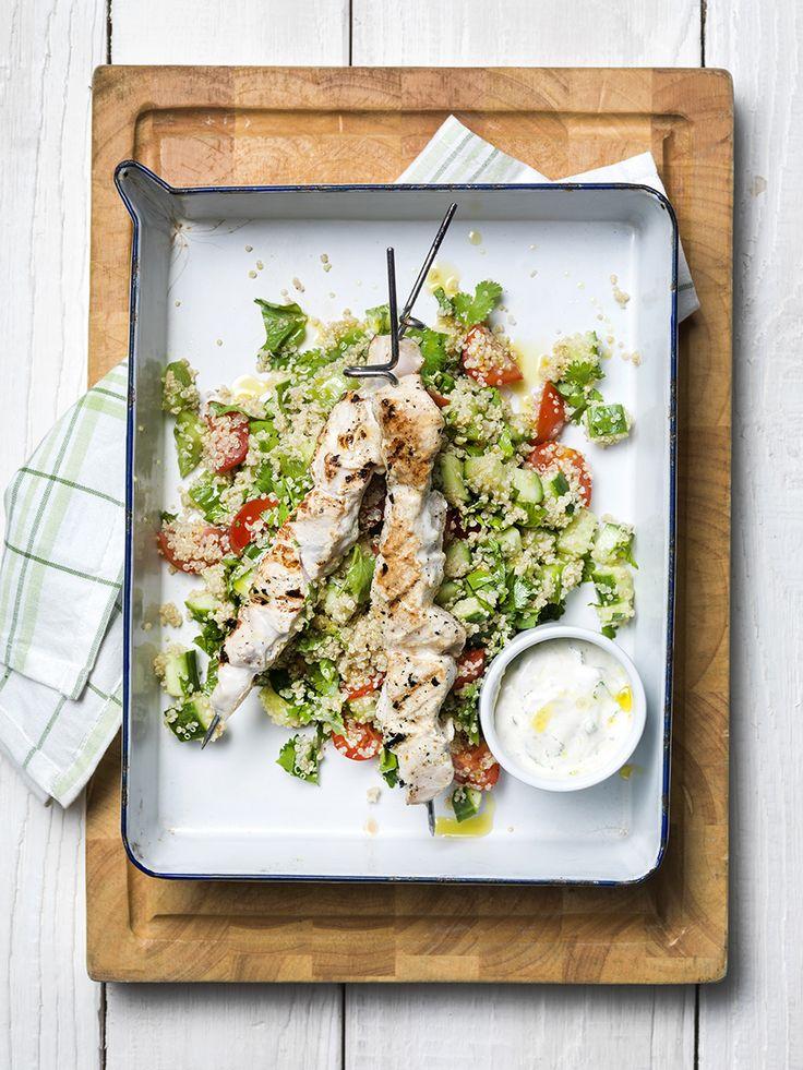 Een overheerlijke gegrilde kippenspiesjes in yoghurt met quinoa-salade, die maak je met dit recept. Smakelijk!