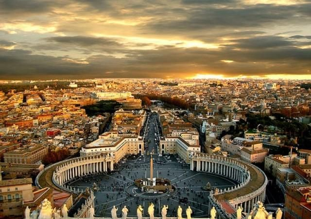 Roma Es la capital y ciudad mas poblada de Italia, atrae a montones de turistas por su alta concentración de bienes históricos y arquitectónicos, entre los cuales se encuentran el Coliseo romano y el Vaticano.