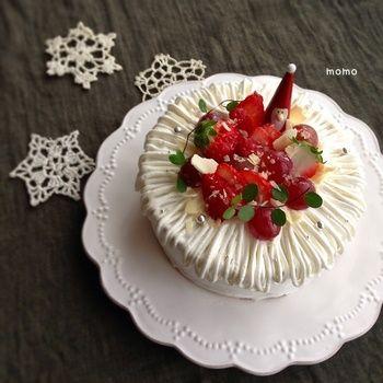 定番のクリスマスカラーで仕上げられたケーキですが、フルーツなどの飾りはぎゅっと中央に寄せ、回りはホワイトチョコレートを混ぜたクリームで飾り付けされています。レースのように繊細で、とっても綺麗なデコレーションですね。