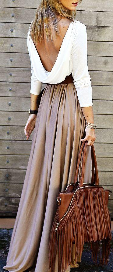 Falda larga beige con blusa blanca y bolso marron: