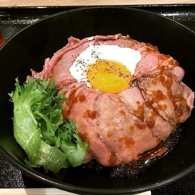 . 初のローストビーフ丼。 . 以前 番組で紹介されていたもの。 そう、ロケ地巡り。 . タレ、ソース、卵、肉… バランス良すぎ。 . 毎日でも食べたい。 . #大阪 #エキスポシティ #ららぽーと #Osaka #ご飯 #ローストビーフ丼 #丼 #昼食 #ランチ #lunch #タレ #ソース #卵 #肉 #ローストビーフ #ビーフ #関ジャニ #エイト の #ジャニ勉 で #紹介 #ジャニーズWEST #重岡大毅 #小瀧望 #こたしげ #しげこた  #人気 #ナンバーワン #メニュー #3タックno1 #ロケ地