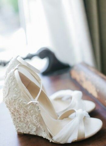 Super cute wedding wedge !