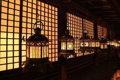 """1年に2回しか見れない世界遺産!奈良""""万灯籠""""で行われる儀式が異世界すぎる   by.S"""