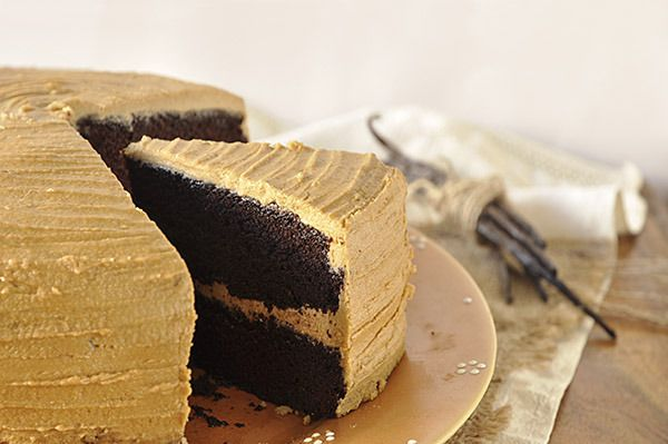 Lenten cake with caramel frosting. Moist, eggless chocolate cake with vegan brown sugar frosting. So delicious, you won't miss the dairy, eggs or butter. (in Greek)