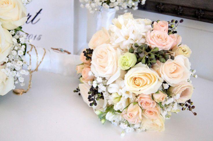 <3 Nude Blush Pink Ivory & black berries bouquet <3 #tiffanysflowers #weddingsattiffanys #weddingsinmaleny #bridesmaidsbouquets #pinneddresscorsage #ivoryminiroses #neutral #blushpink #nude #ivory #white #baby'sbreath #miniroses #roses #hyacinth #softcolours