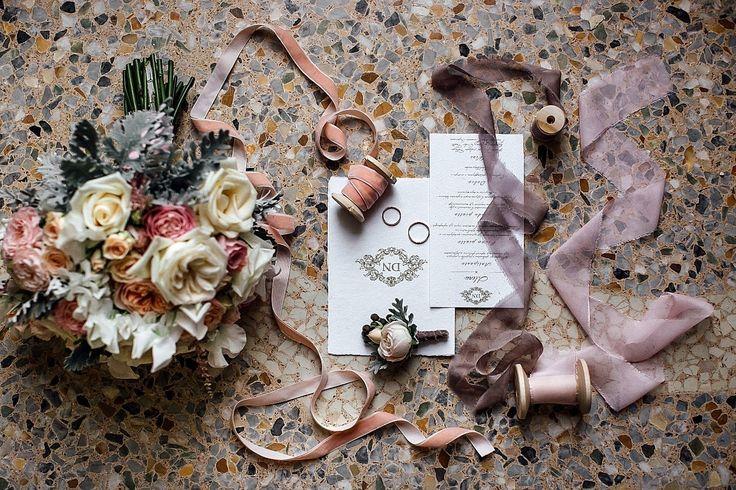 Для ваших гостей свадьба начинается с приглашений. Вот почему так важно уделить им особое внимание: подобрать стиль оформления, шрифт, цвета. В этом вам поможет наша статья!