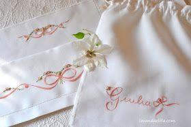 Buon pomeriggio amiche!         Fiocco e roselline ricamate     sul lenzuolino da culla     e sacchettino per la prima piccola lingerie...