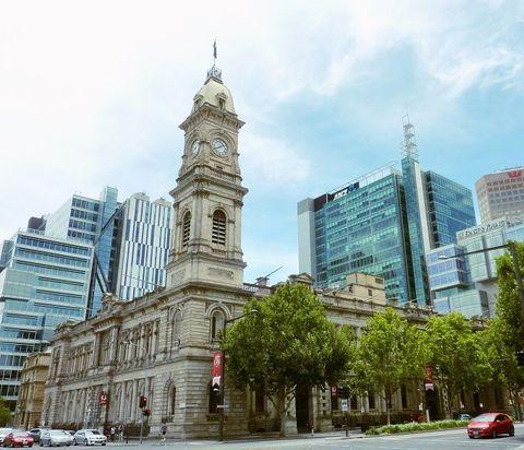 日本が世界に誇るアニメーション映画といえば、「スタジオジブリ」の作品。皆さんが最初に観たのは何でしたか?わたしは、「魔女の宅急便」です。魔女のキキが活躍するステキなファンタジーですよね。今回は、その映画のモデルになったと噂される時計塔のある街、南オーストラリア州の州都・アデレード(Adelaide)をご紹介します。芸術と文化の香り漂う美しい街を散策しながら、映画の世界に迷いこんでみませんか?