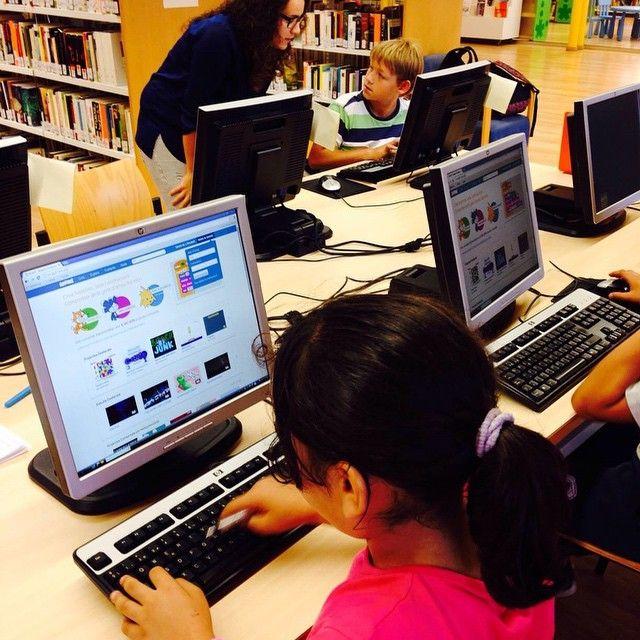 Sessió #Codeclub a la #biblioteca @bibliotecaroquetes. Xarxa de clubs de programació d'ordinadors per a nens