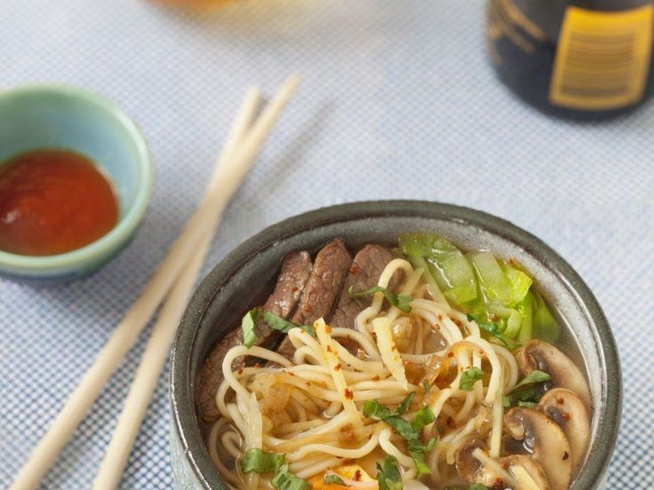 ramen, steak, chou chinois, échalote, oignon nouveau, coriandre, harissa, sauce soja, sauce Yakitori, gingembre, cube de bouillon...