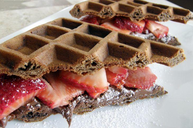 Delicioso postres con Nutella. Nutella hacks. Nutella food. Comida con Nutella. Waffles hechos con nutella y fresas