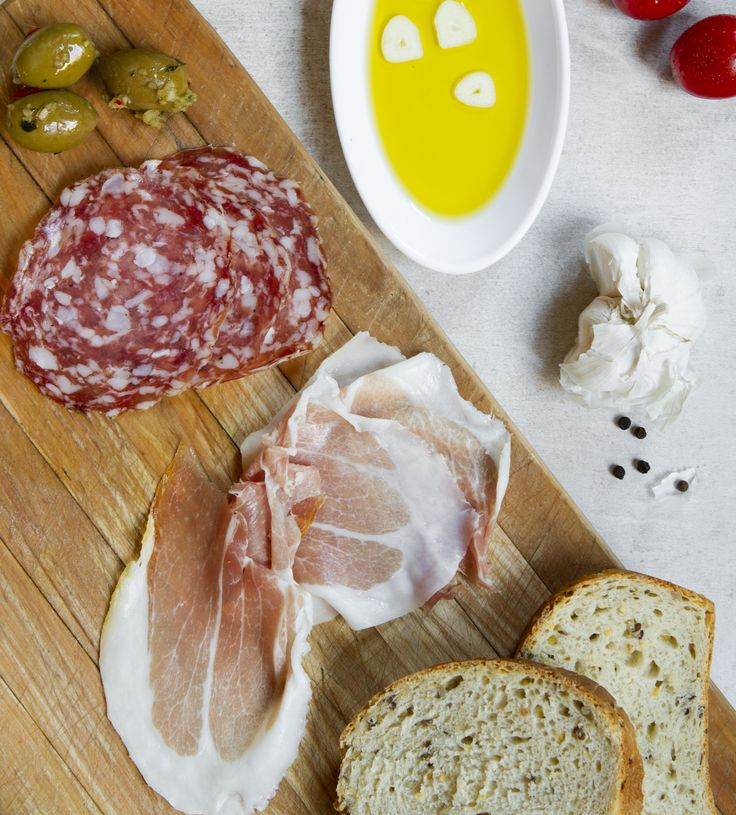 Rivoleton laadukkaat raaka-aineet, italialaisia leikkeleitä, oliiveja, leipää,...